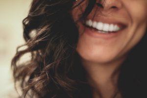 Lach Lach vaak en veel. Door te lachen maakt je lichaam endorfine aan. En laat dat stofje er nu voor zorgen dat je lichaam minder stresshormonen zoals cortisol en adrenaline aanmaakt. Nu heb je echt alle reden om uren naar grappige kattenfilmpjes te kijken. Toch?